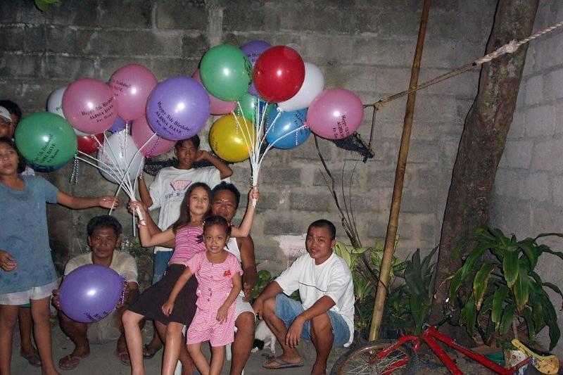 Anniversaire aux Philippines, celui des 5 ans Laylay avec Aliénor et Laylay et leur grand-père