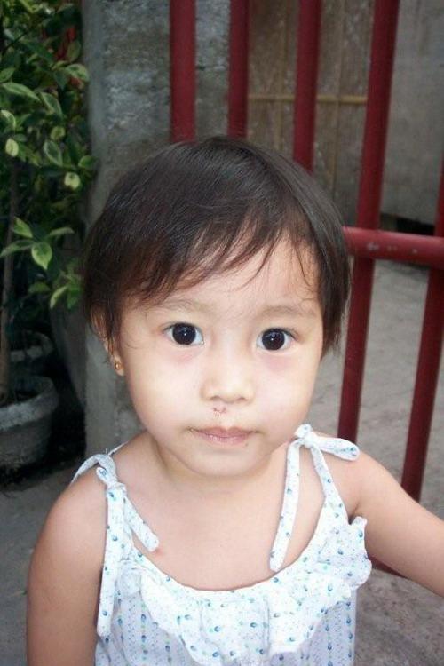 Angelica, fille de Myrna, que l'on a pu faire opérer du coeur à Manille grâce à l'aide de Dominique Lemay
