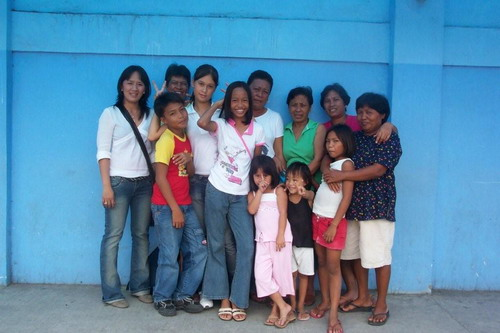 Une partie de la famille à Taroc avec, au centre, ma filleule Réna