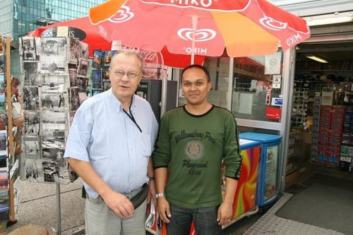 Avec mon ami Jean (malgache), le vendeur de souvenirs à La Défense